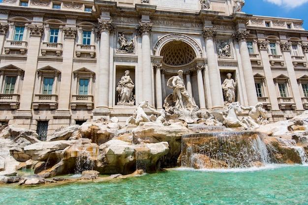 Fontana di trevi a roma, italia. la fontana di trevi è una fontana nel quartiere di trevi a roma, italia, progettata dall'architetto italiano nicola salvi e completata da pietro bracci nel 1762.