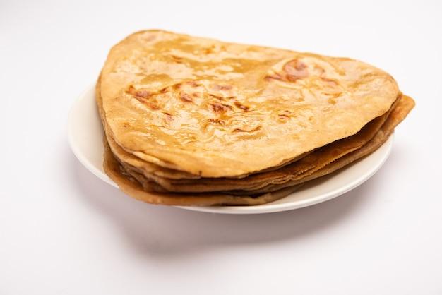 La forma triangolare plain paratha o parantha è una deliziosa focaccia indiana a base di farina integrale