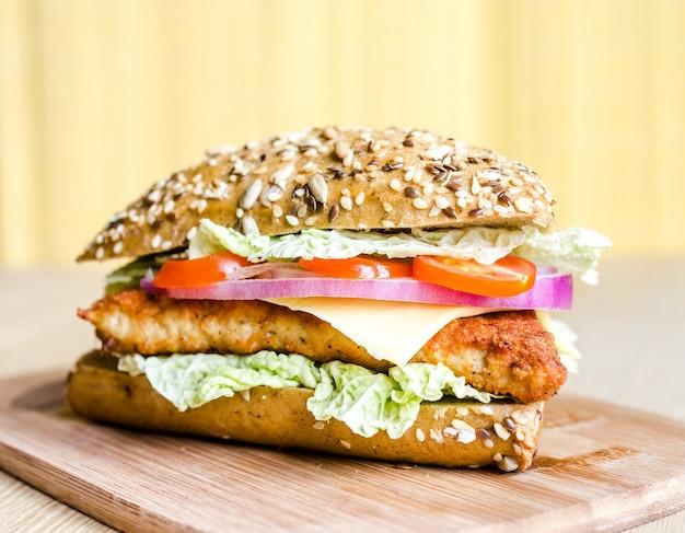 Hamburger triangolare con panino integrale