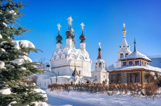 Cattedrale della trinità e soffice abete rosso nel monastero della trinità a murom in una giornata di sole nevoso invernale