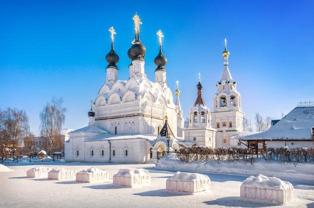 Cattedrale della trinità nel monastero della trinità a murom in una giornata di sole nevoso invernale Foto Premium