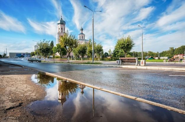 Cattedrale della trinità con riflesso nell'acqua del lago valdai