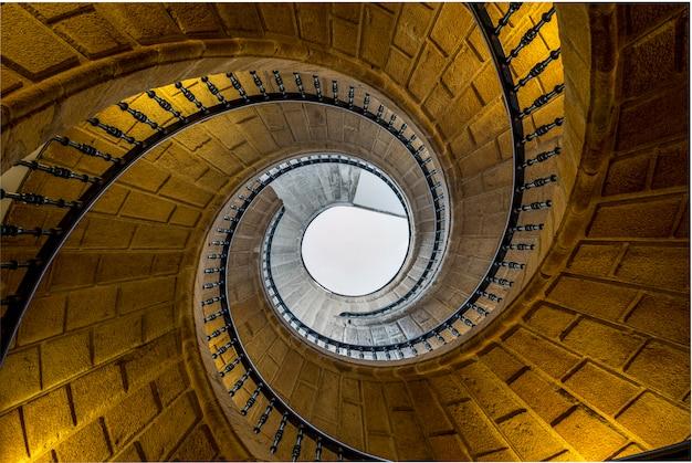 Scala tripla in spirale barocca negli interni del monastero di santiago de compostela, spagna