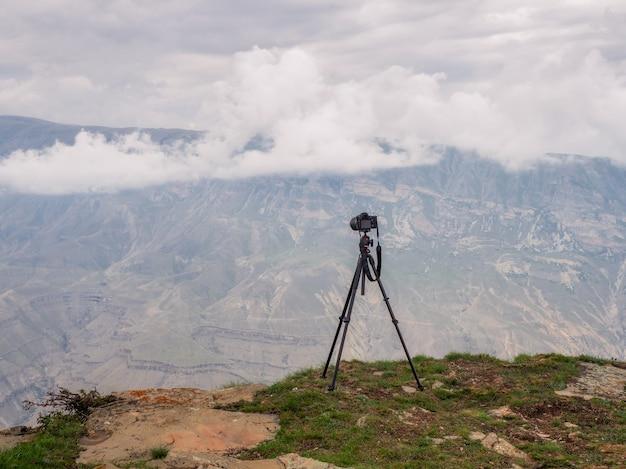 Treppiede con una macchina fotografica su una scogliera. fotocamera reflex con treppiede su una scogliera, eseguendo una lunga esposizione.