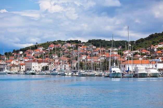 Trogir, croazia vista del porticciolo. colpo di sole orizzontale