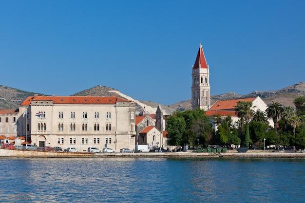Trogir è una città storica e porto sulla costa adriatica in croazia