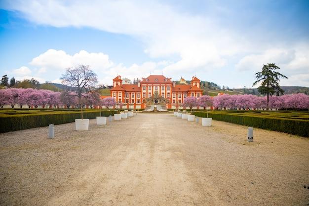 Castello di troja e ciliegi in fiore a praga, repubblica ceca, vista centrale