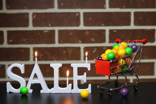 Carrello per prodotti su uno sfondo di muro di mattoni vendita di azioni di capodanno