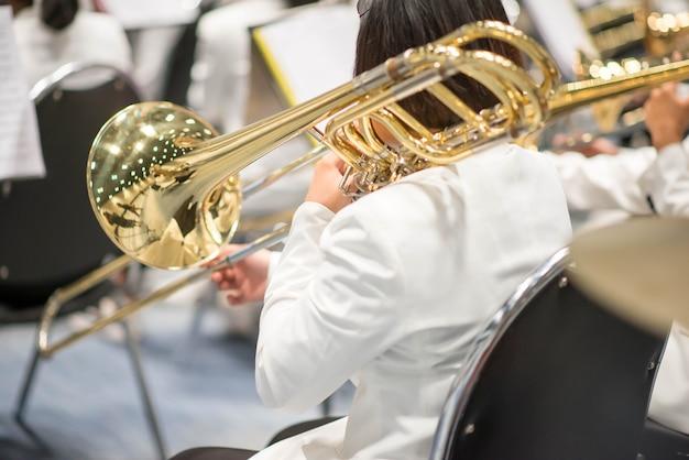 Suonatore di trombone con performance di orchestra di squadra