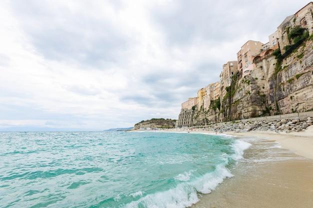 Città di tropea e costa della spiaggia del mar tirreno con edifici colorati di acqua turchese