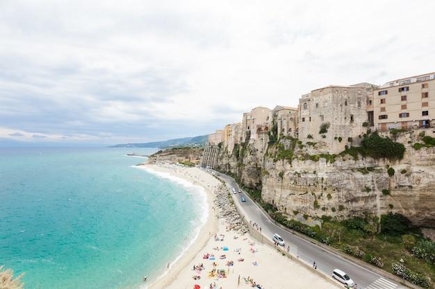 Città di tropea e costa della spiaggia del mar tirreno con acque turchesi