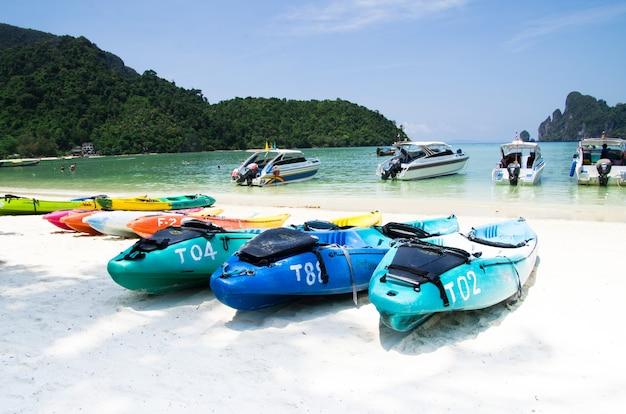 Spiaggia tropicale, barche longtail, mare delle andamane, thailandia