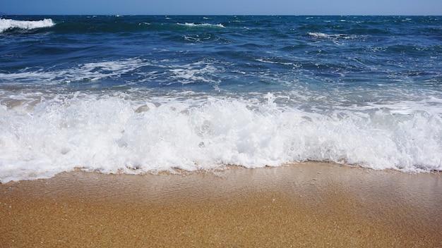 Spiaggia tropicale. fondo dell'onda dell'oceano. sabbia e mare azzurro. natura dell'acqua dell'oceano, relax in spiaggia. vacanze estive al mare