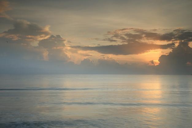 Spiaggia tropicale e mare all'ora del tramonto nell'isola delle maldvies