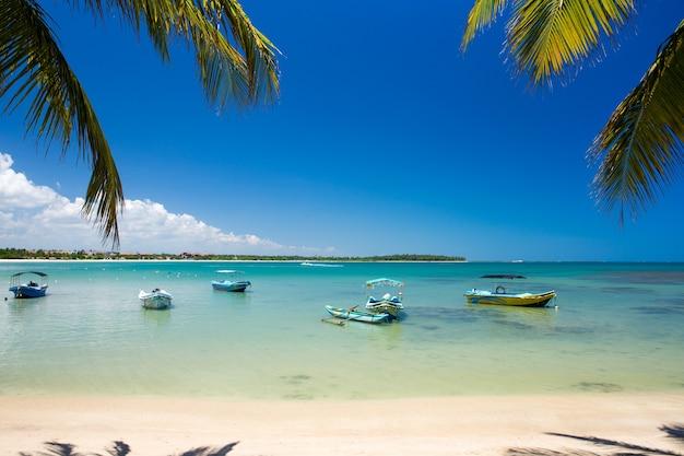 Spiaggia tropicale in sri lanka. vacanze estive e concetto di vacanza per il turismo.