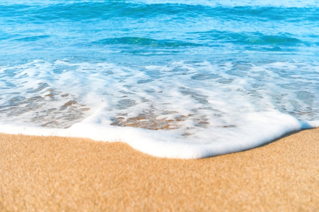 Spiaggia tropicale con onde di sabbia e mare sullo sfondo. ripresa macro
