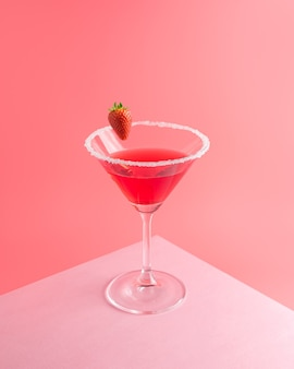 Cocktail tropicale con fragole su rosa vivido
