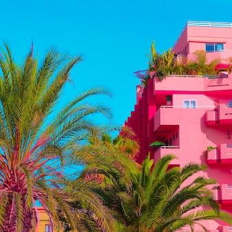 Moda tropicale minimale. palme e hotel. disegno a colori d'arte
