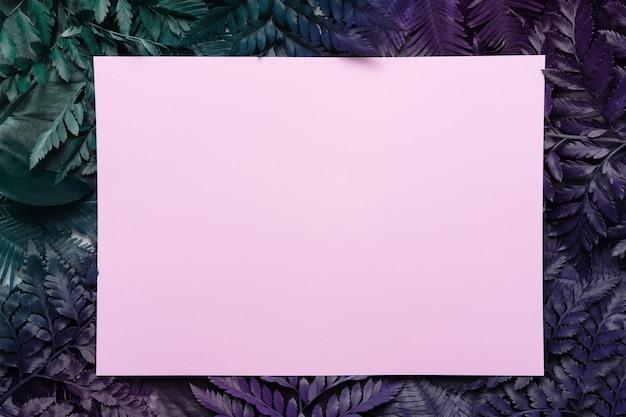 Cornice tropicale fatta di foglie di palma o felce con sfondo spazio copia. lay piatto.