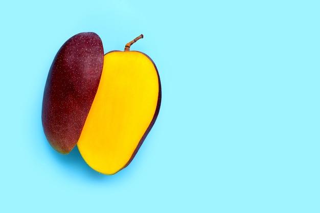 Frutta tropicale, mango sull'azzurro. vista dall'alto