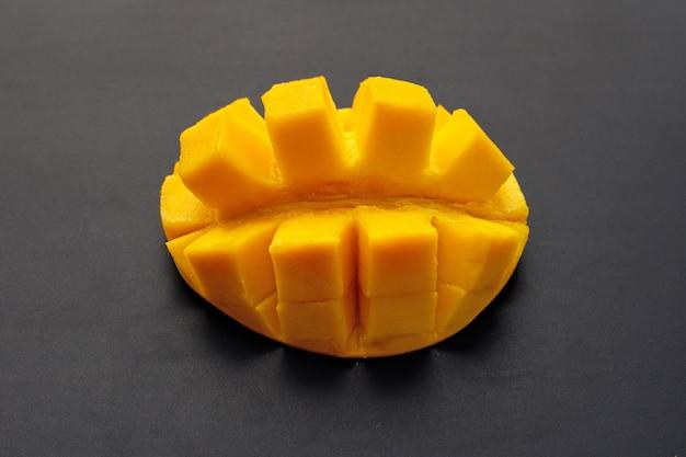Frutta tropicale, mango sull'azzurro.