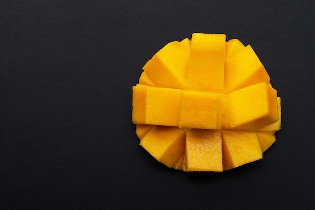 Frutta tropicale, mango su sfondo scuro.