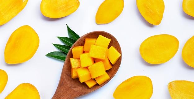 Frutta tropicale, fette di mango sulla superficie bianca