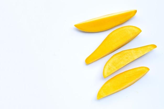 Frutta tropicale, fette di mango su bianco