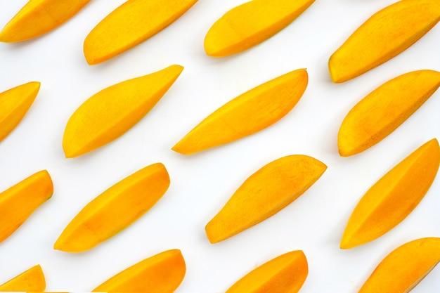 Frutta tropicale, fette di mango.