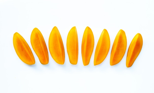 Frutta tropicale, mango su fondo bianco.