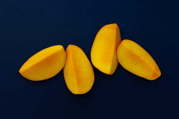 Frutta tropicale, mango su bianco.