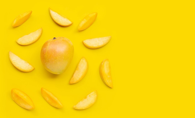 Frutta tropicale, mango su sfondo giallo. vista dall'alto