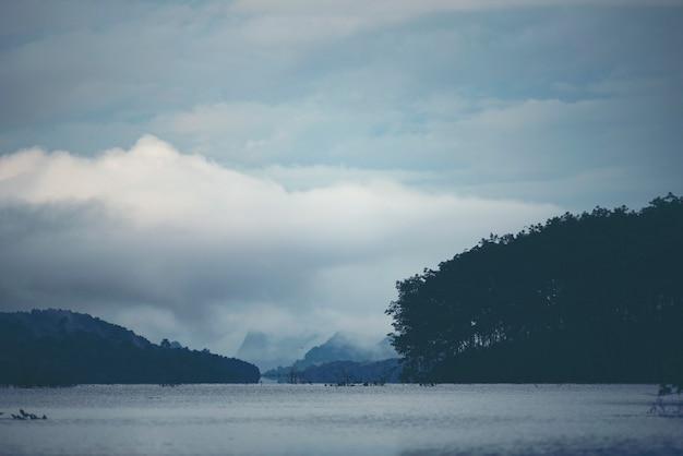 Lago tropicale e montagna, vista della natura