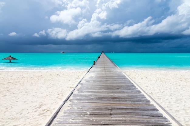 Isola tropicale delle maldive con spiaggia di sabbia bianca e mare