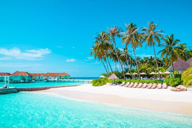 Hotel e isola di vacanze tropicale delle maldive con spiaggia e mare per il concetto di vacanza vacanza