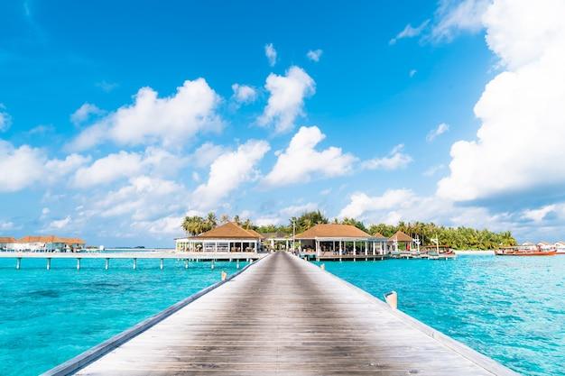 Hotel e isola tropicale della località di soggiorno delle maldive