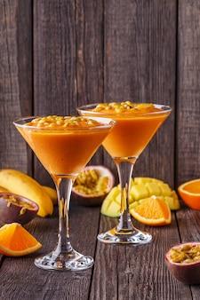 Milkshake tropicale con ingredienti