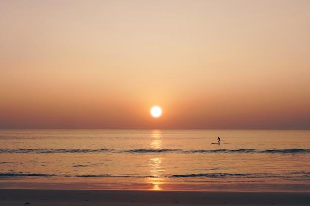 Tempo del cielo al tramonto della spiaggia pulita della natura tropicale con il fondo della luce del sole.