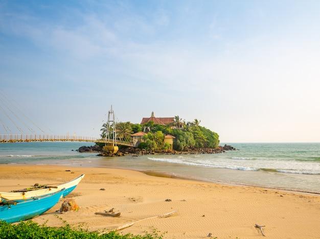Isola di paradiso tropicale sulla costa dello sri lanka. spiaggia di ceylon, oceano indiano