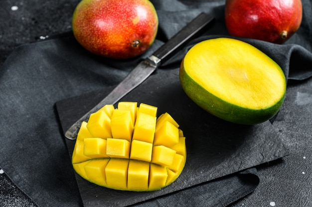 Frutto tropicale di mango maturo. sfondo nero. vista dall'alto