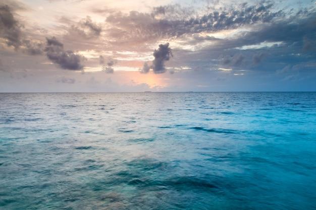 Mare tropicale sotto il cielo blu. paesaggio del mare.