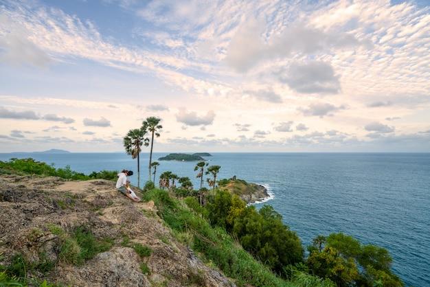 Vista sul mare tropicale, amante con la bella vista al punto di vista phuket tailandia del capo di promthep