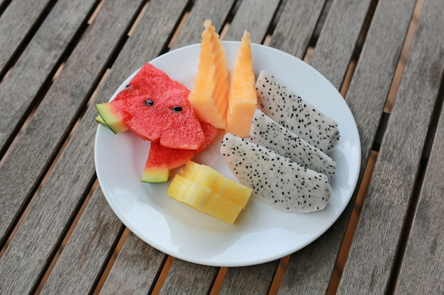 Assortimento di frutti a fette tropicale in lamiera bianca