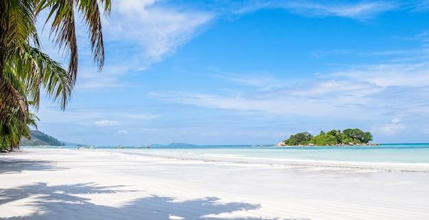 Spiaggia estiva tropicale con sabbia bianca e mare blu, concetto di vacanza estiva