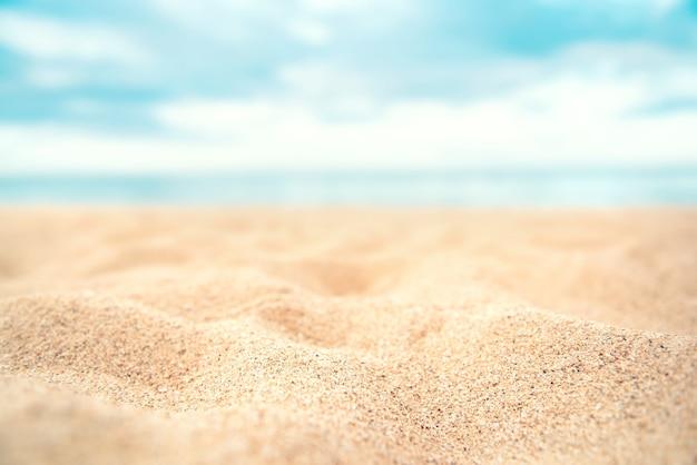 Fondo tropicale della spiaggia di sabbia di estate.