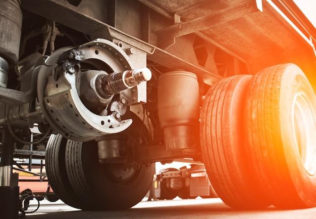 Pastiglie dei freni del camion per la riparazione per cambiare la manutenzione delle ruote del camion