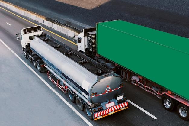 Camion sulla strada statale con serbatoio di gas e container, concetto di trasporto