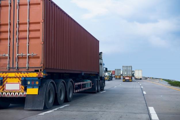 Camion sulla strada statale con contenitore rosso, concetto di trasporto., importazione, esportazione logistica industriale trasporto trasporto terrestre sulla superstrada asfalto con cielo blu