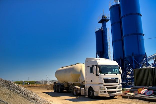 Il camion vicino alla stazione del cemento
