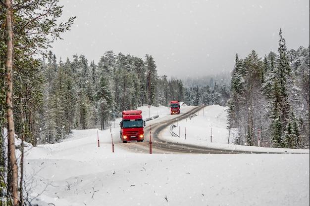 Il camion percorre una strada artica innevata. strada innevata sdrucciolevole di inverno del nord, girare sulla strada. penisola di kola. russia.